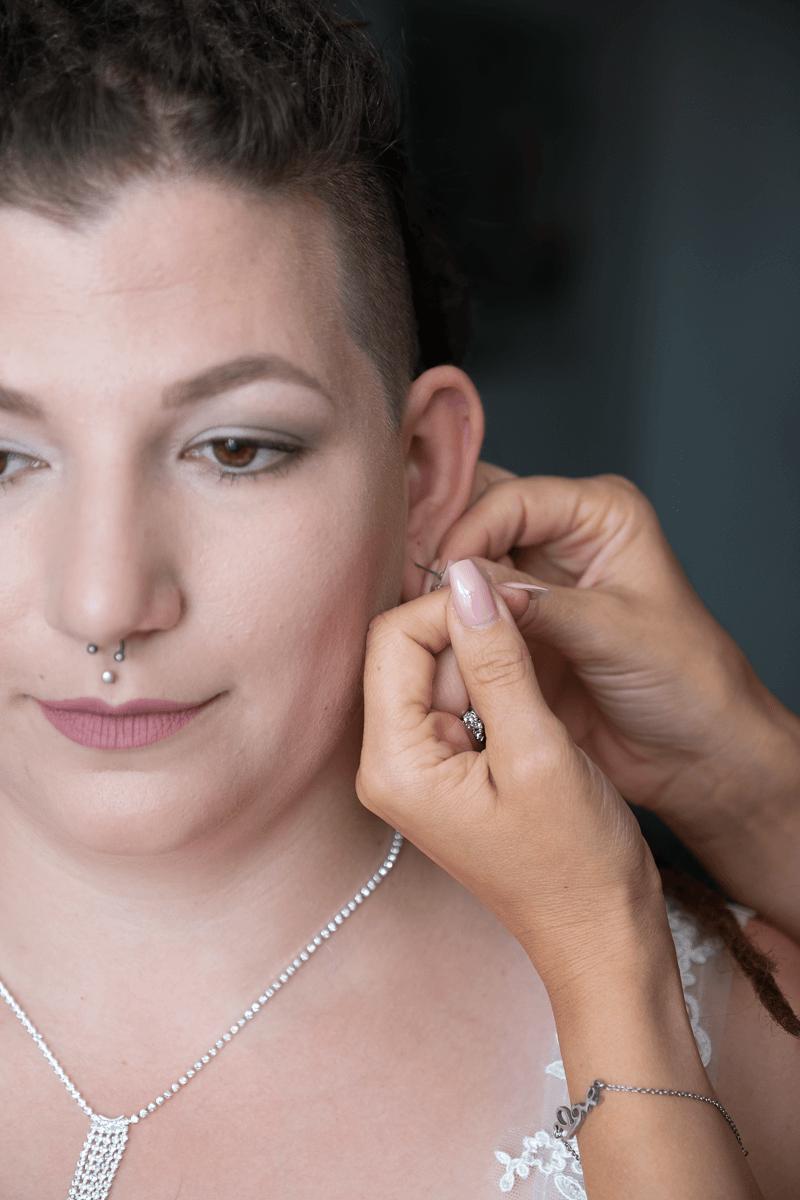 Ohrringe anstecken der Braut