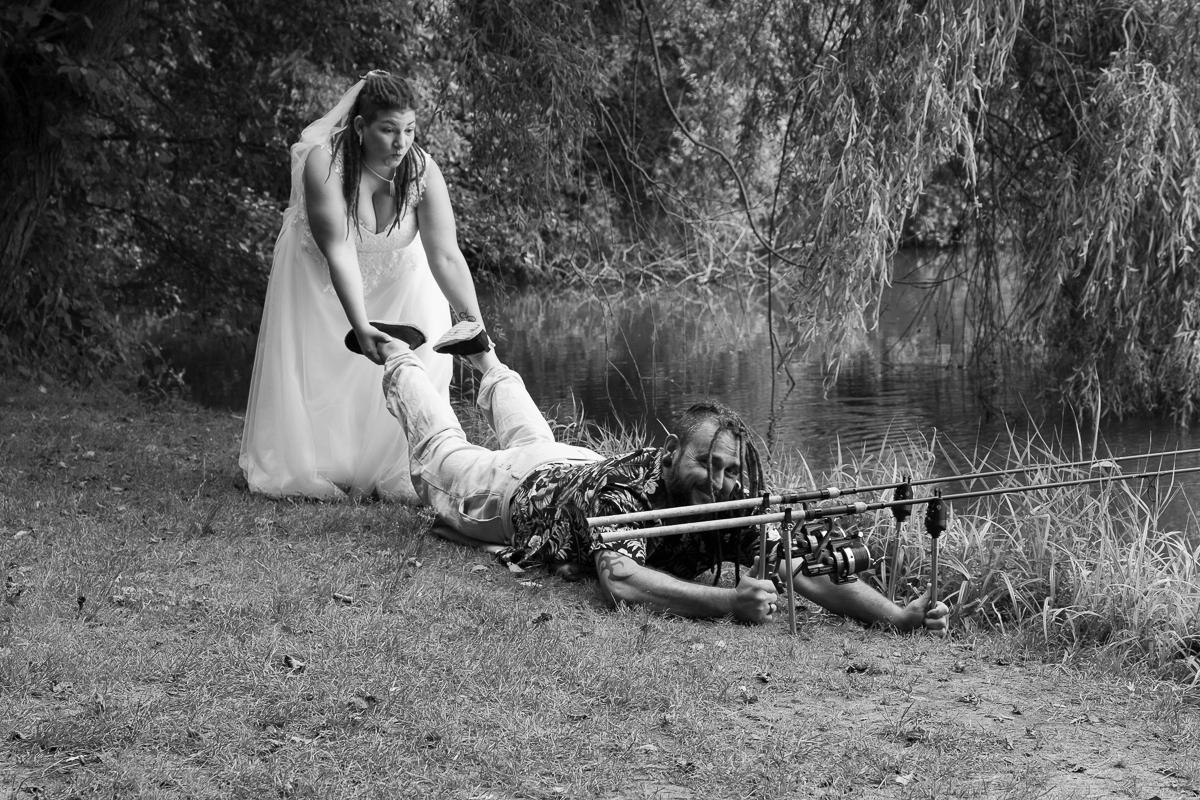 Ehepaar am Fischteich