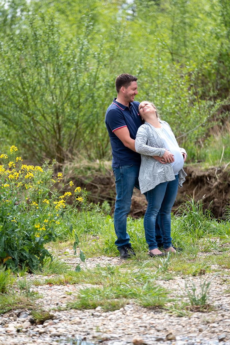 Mann hält schwangere Frau