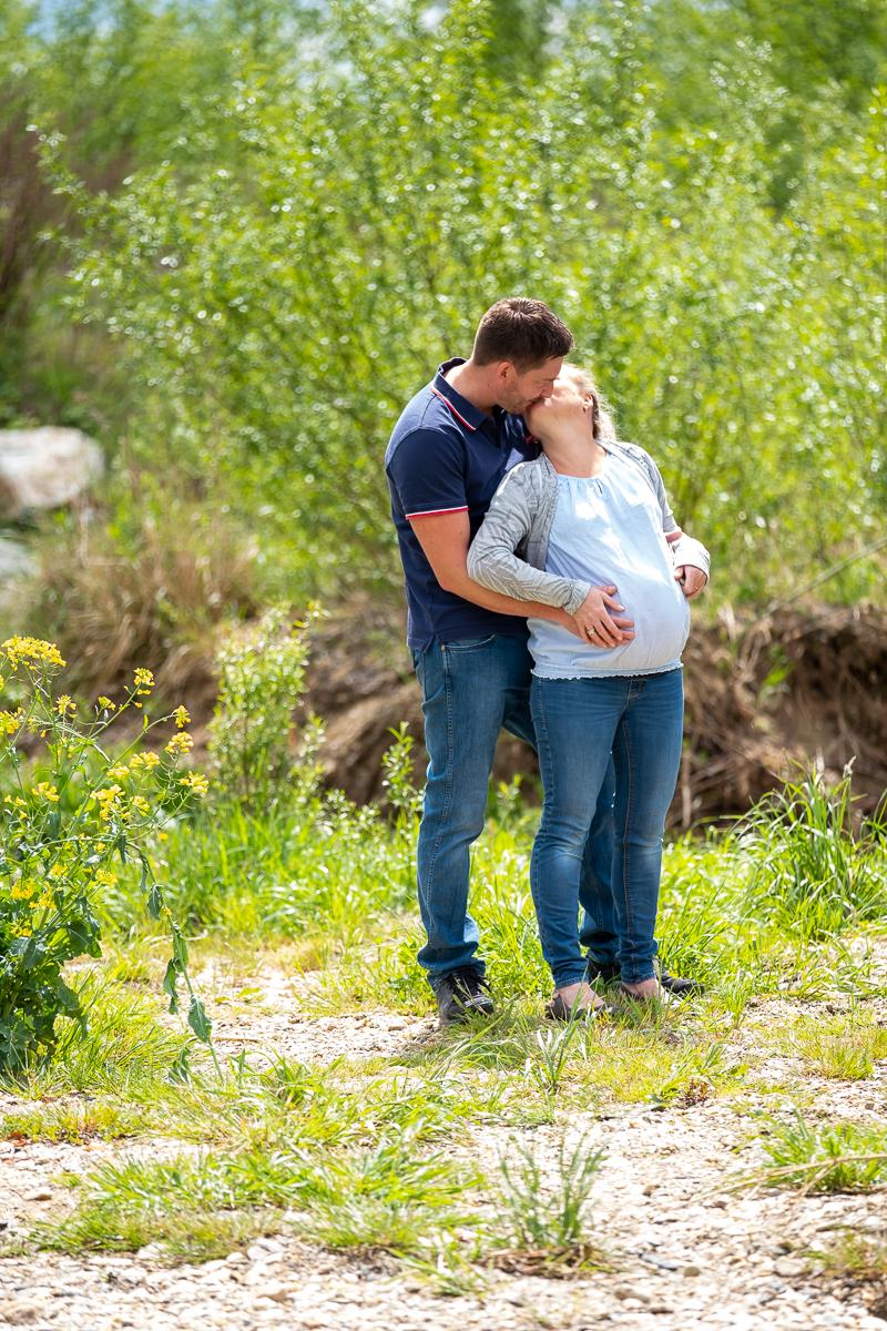 Mann küsst schwangere Frau