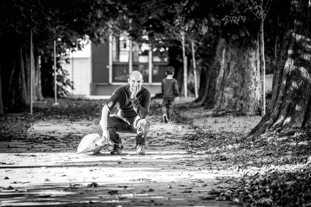 Vater wartet auf seinen jungen