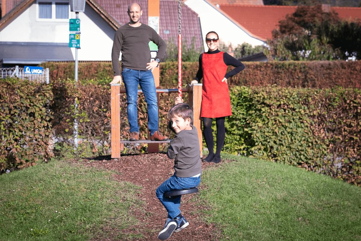 Junge auf Seilbahn
