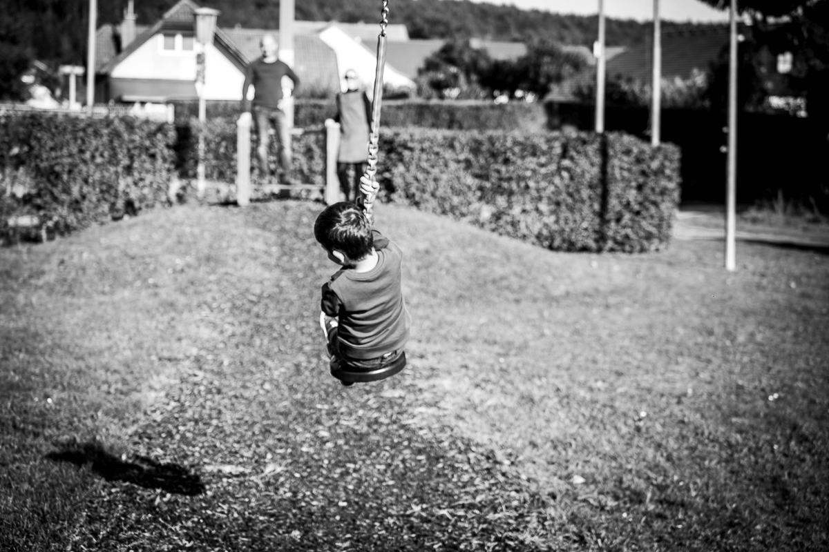 Junge spielt mit Seilrutsche