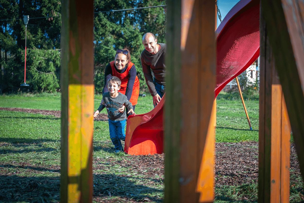 Familie am Spielplatz