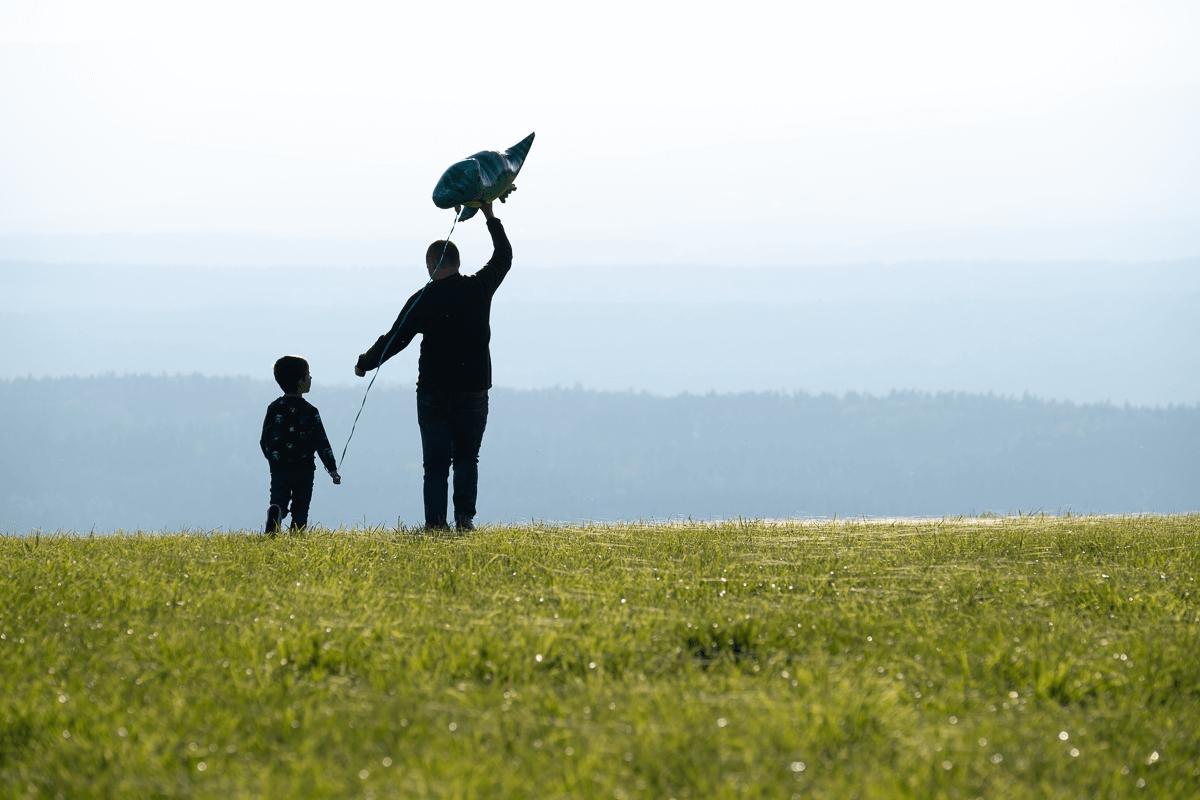 Vater lässt Drachen steigen mit Sohn