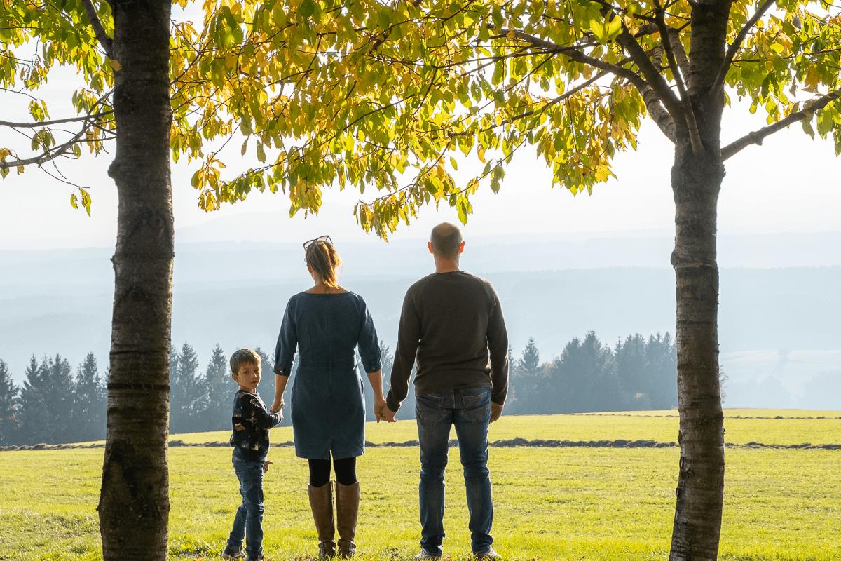 Familie sieht in den Sonnenuntergang