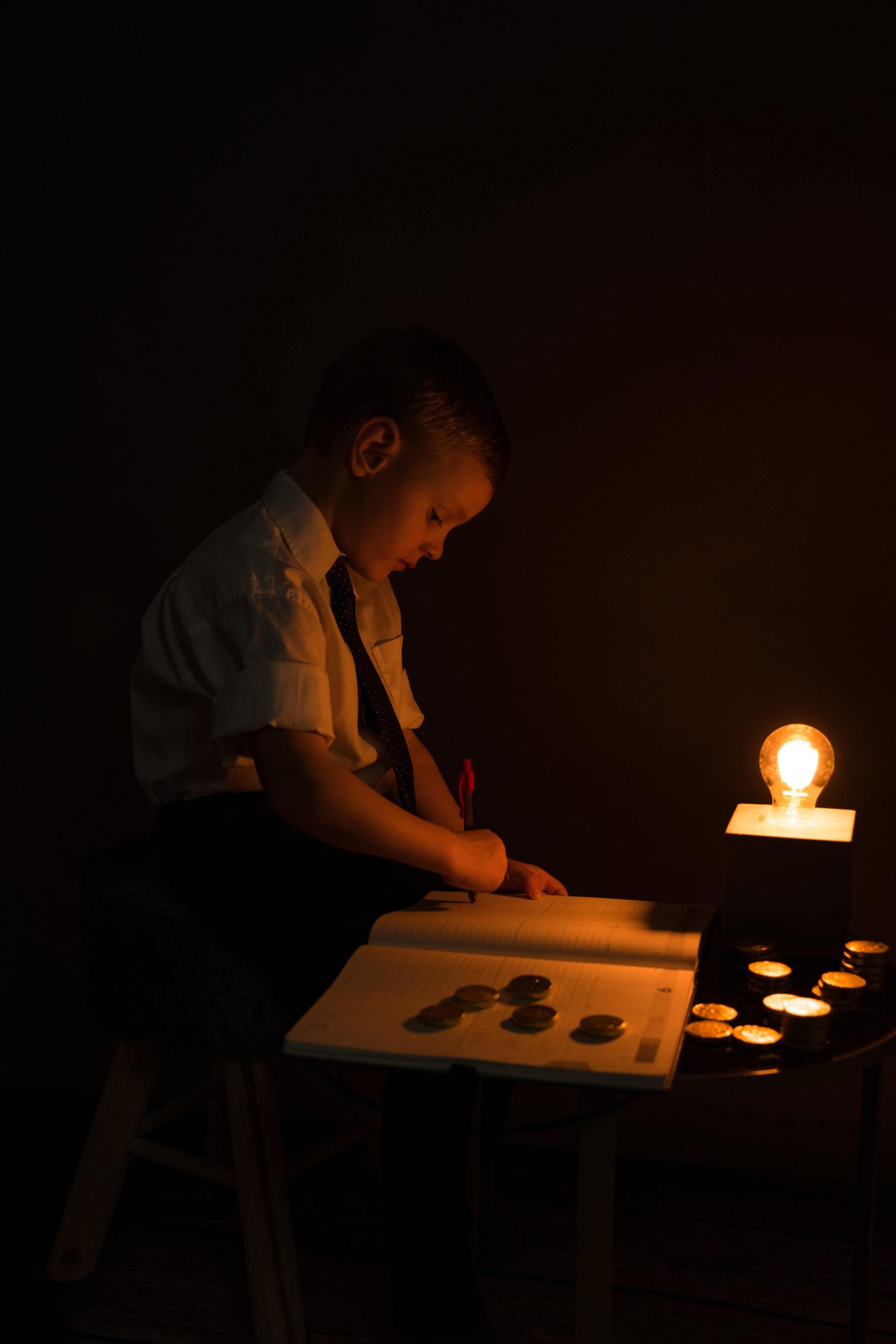 Junger Mann arbeitet in die nacht hinein