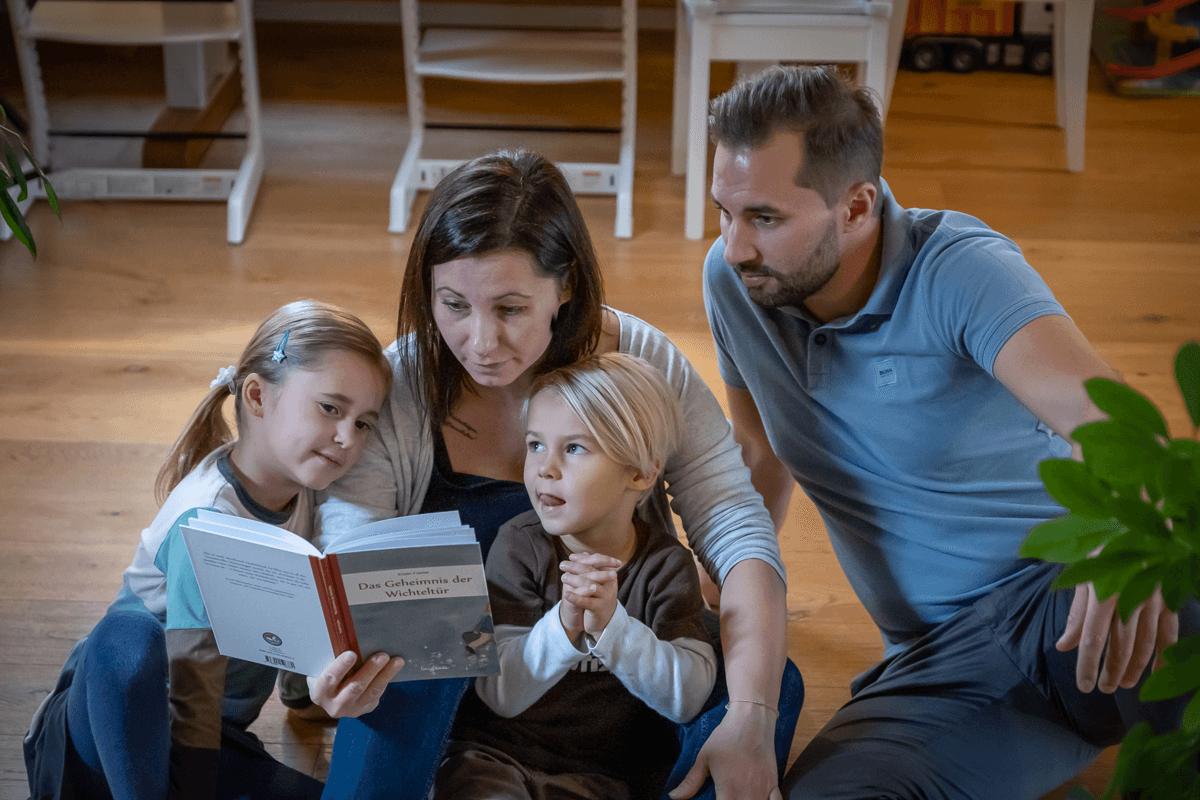 Familie am lesen