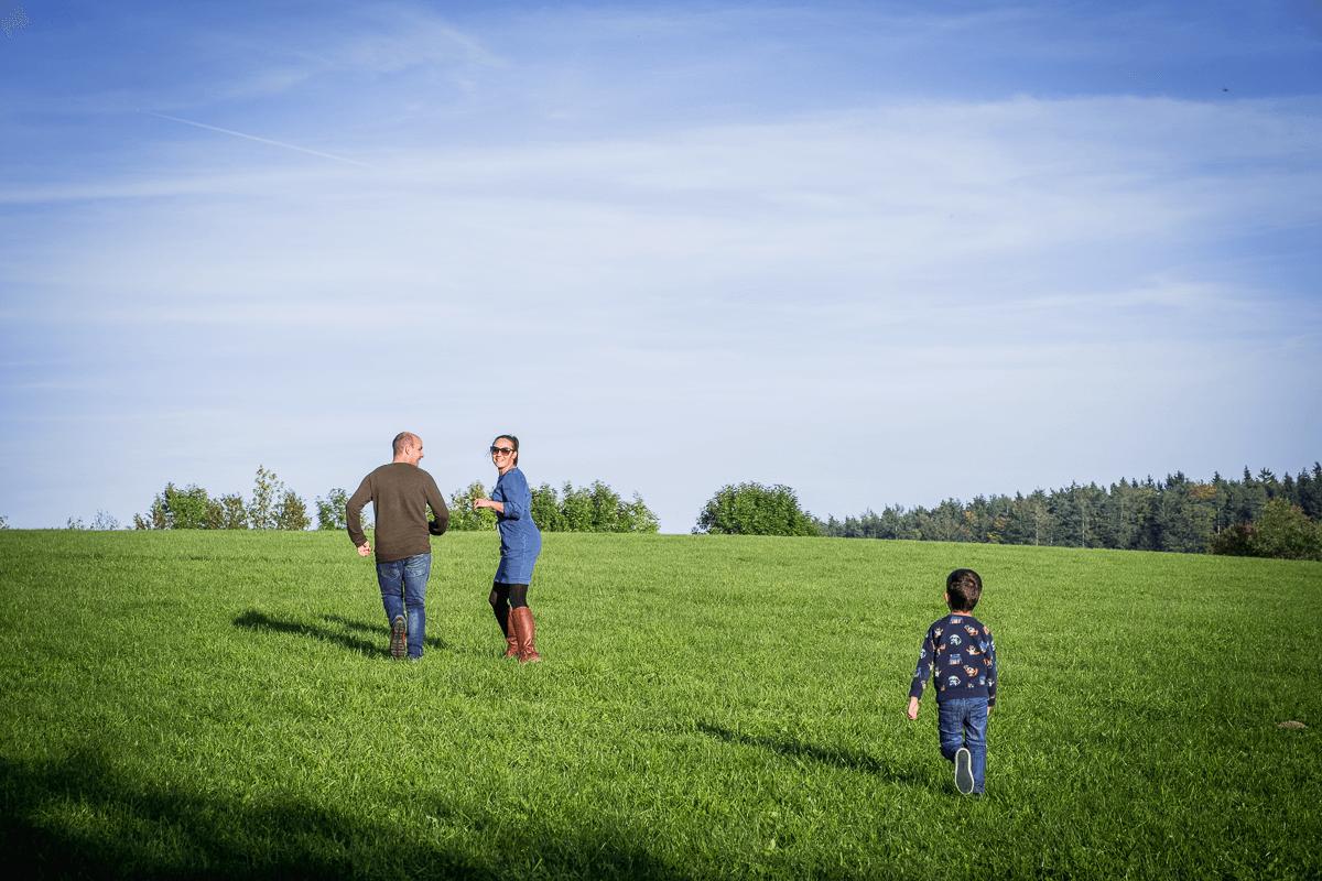 Familie läuft über Blumenwiese