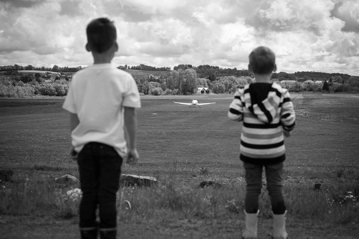 Kinder am Flugplatz