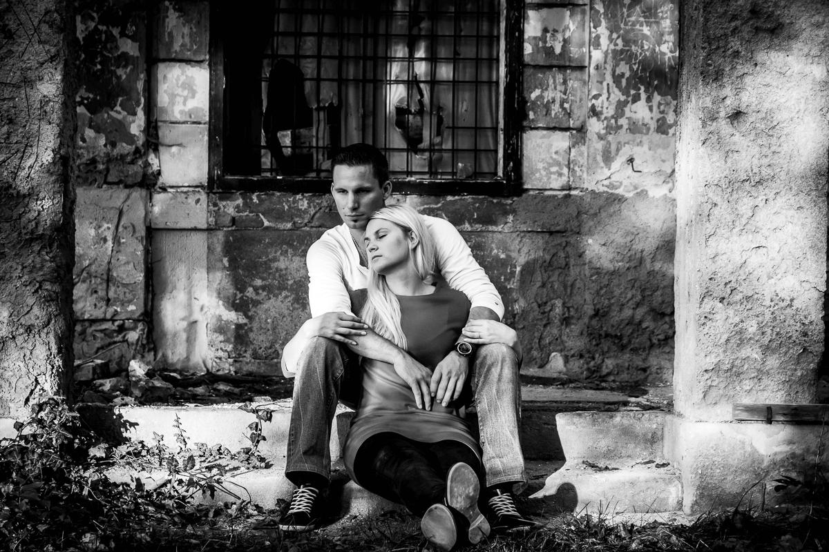 Frau und Mann sitzen auf einer Stiege
