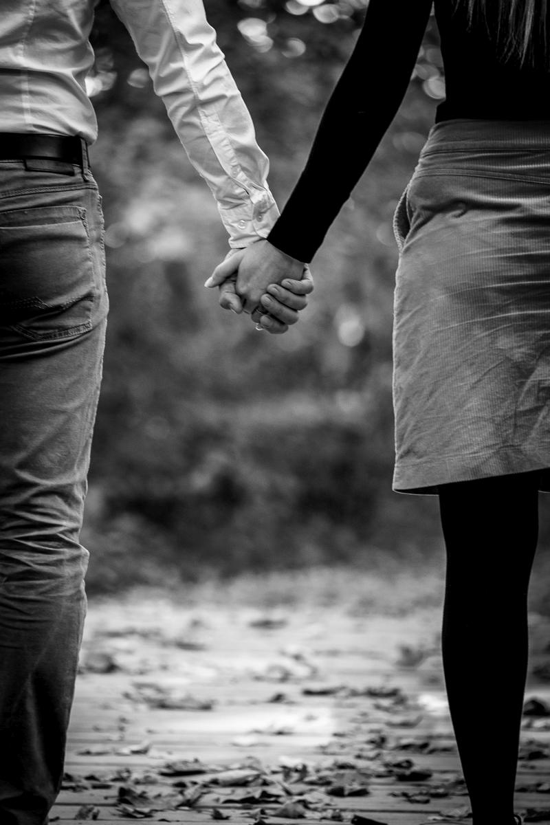 Mann hält seine Frau an der Hand