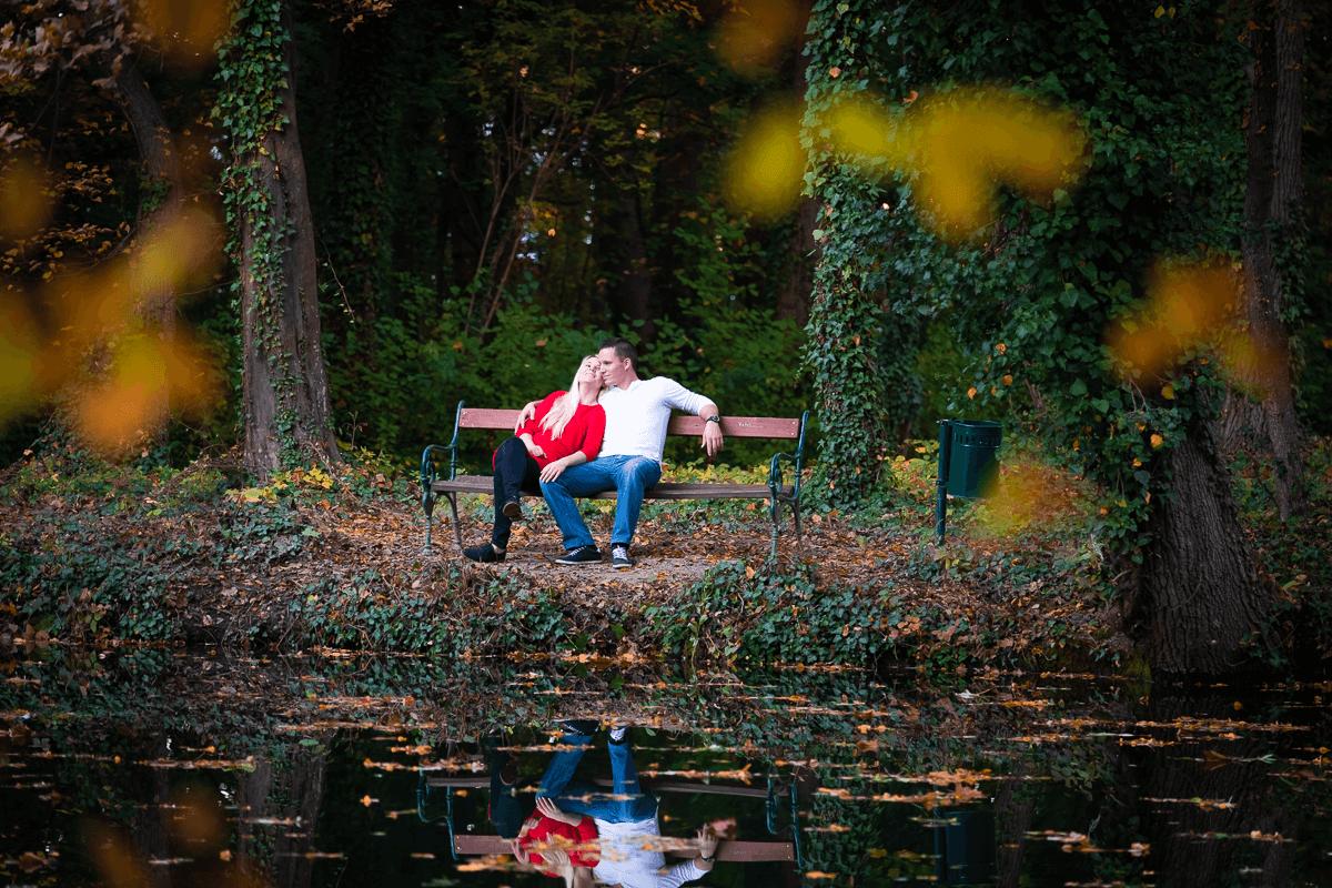 Pärchen sitz auf Bank vor einem See