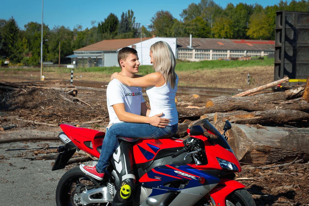 Mann und Frau sitzen auf dem Bike