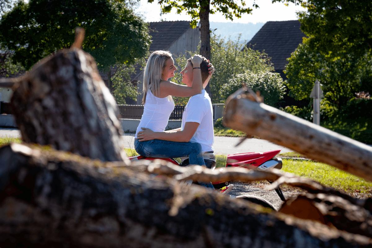 Frau und Mann sitzen am Motorrad