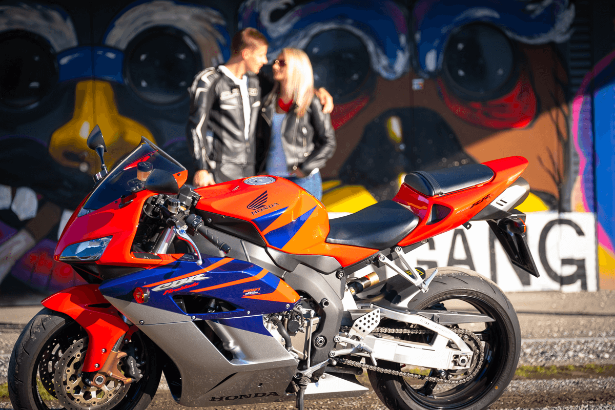 Frau und Mann im Hintergrund vom Motorrad