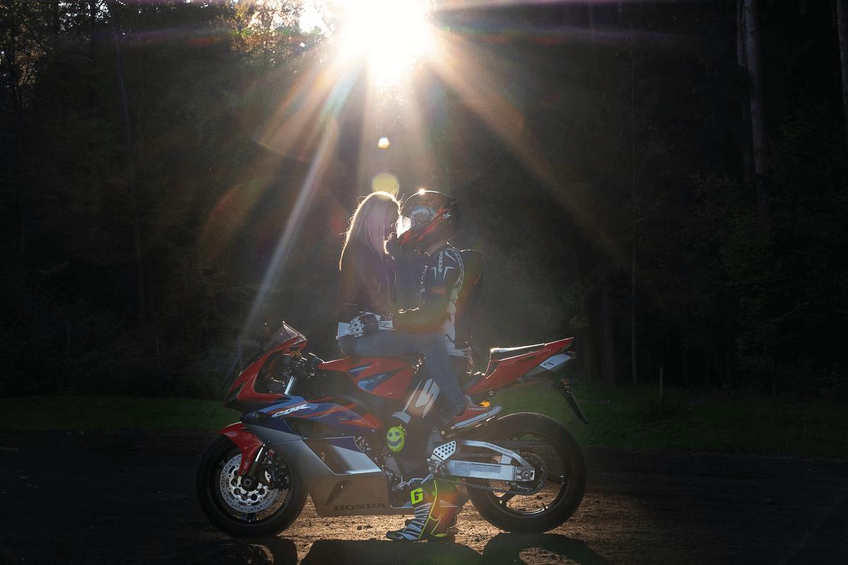 Frau und Mann auf Motorrad