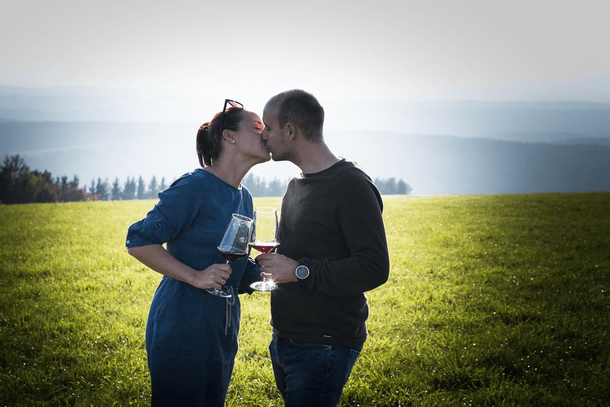 Pärchen küsst sich