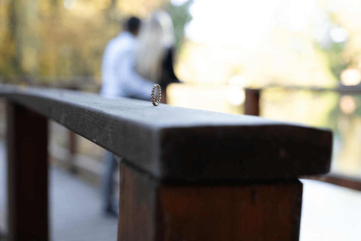 Ehering auf Geländer