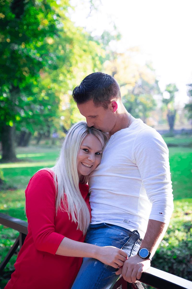 Frau lehnt sich an die Brust ihres Mannes