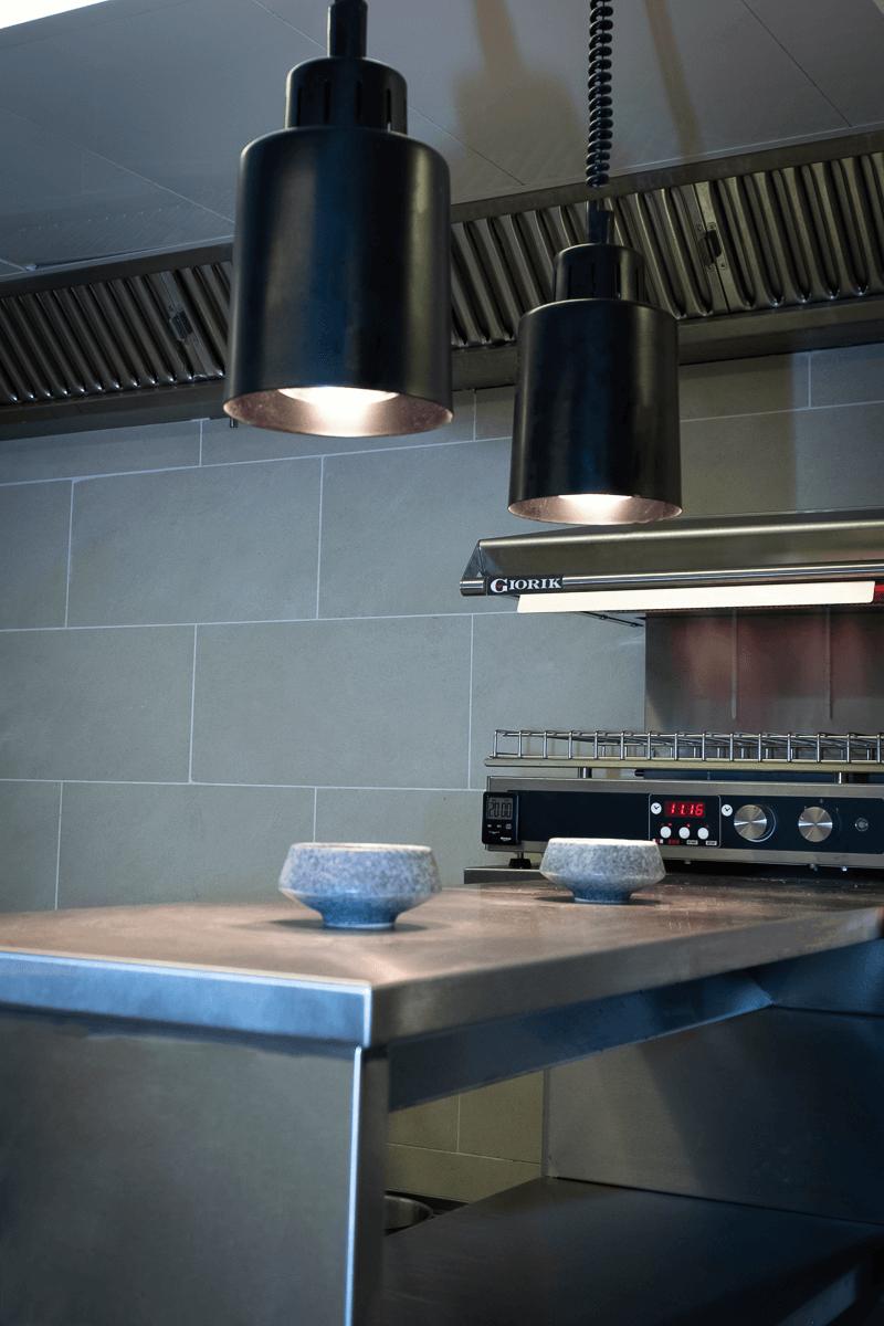 Großküche mit schwarzer beleuchtung