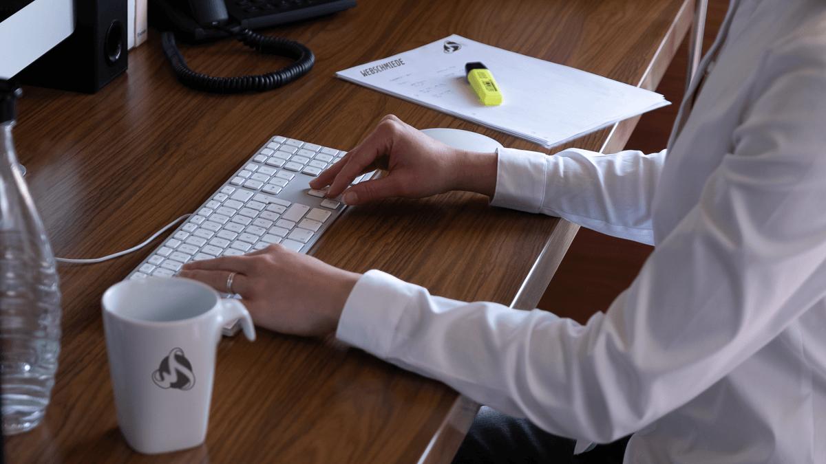 Frau schreibt mit tastatur