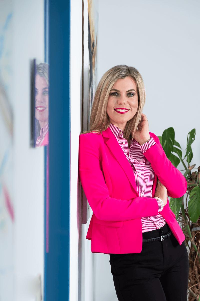 Businessfrau vor Büro