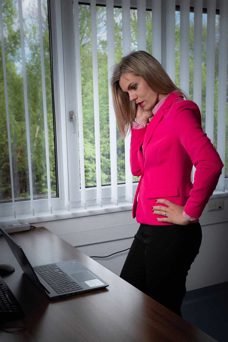 Businessfrau vor Notebook