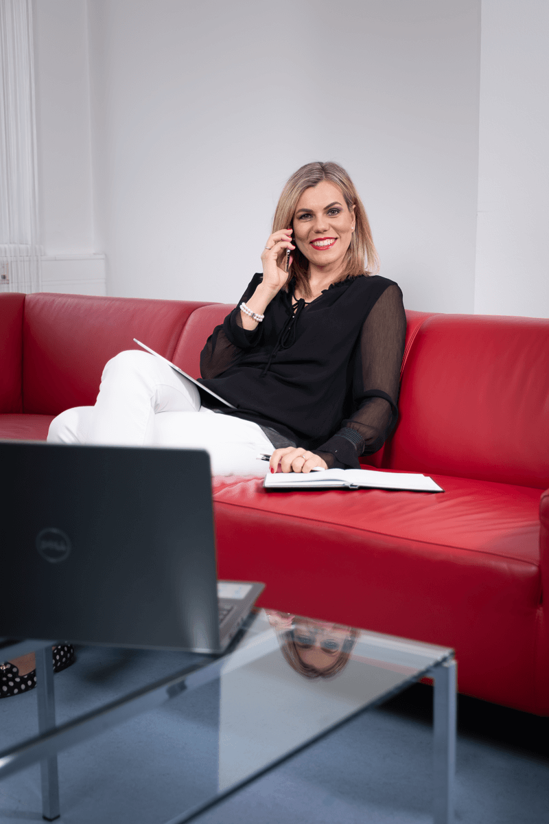 Businessfrau auf couch